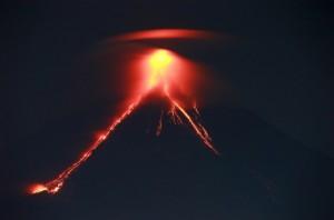 菲律宾马荣火山喷发引起游客参观