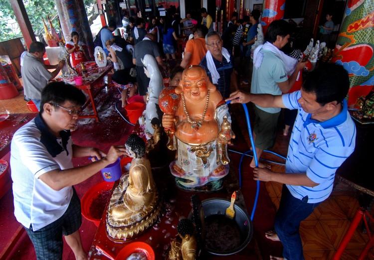 迎接春节到来    国内民众开始进行寺庙清理活动