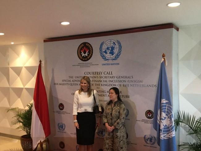 荷兰王后马克西玛探访印尼     赞扬我国非现金援助制度