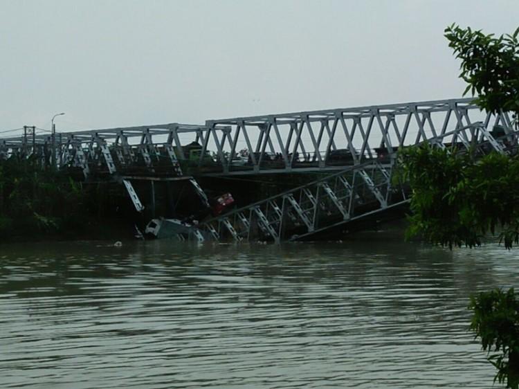 东爪哇图班县一大桥发生坍塌事件   造成 2 人死亡