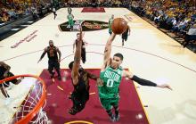 NBA  季后赛 : 骑士击败凯尔特人追平 2-2