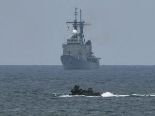 两艘美军舰进入南海  中国予以警告驱离