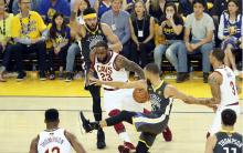 NBA 总决赛 :库里 33 分勇士大胜骑士 2-0