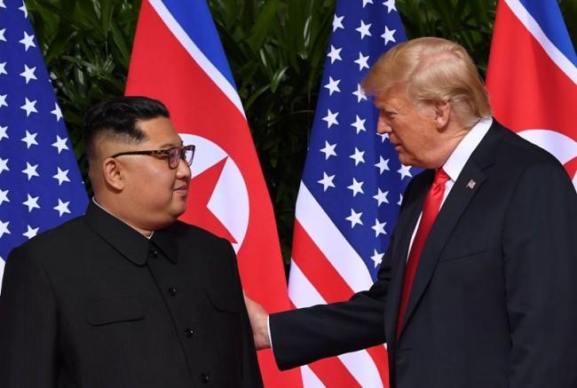 特朗普与金正恩实现历史性握手