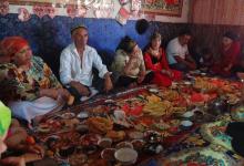 中国新疆穆斯林庆祝开斋节 : 身穿新衣与家人欢聚用餐