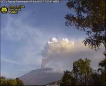 阿贡火山喷发烟雾    乌拉赖机场多航班取消