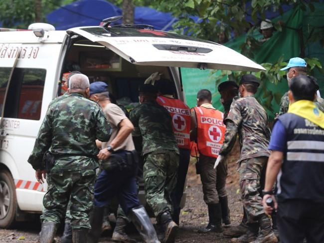 泰国被困溶洞 13 人全部获救  :   状态良好但体重下降