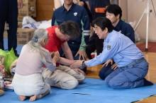 日本首相安培晋三昨日视察重灾区       洪灾迄今已致 199 人死亡