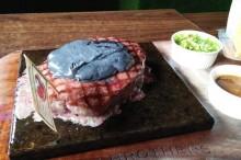 雅加达一家餐厅推出牛排黑色炭奶酪   让顾客赞不绝口