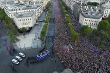 数万民众迎接世界杯冠军法国队归来    马克龙亲自欢迎国家队
