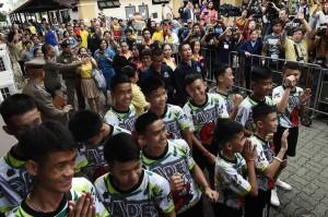 外媒 : 泰国少年足球队获救后首次亮相