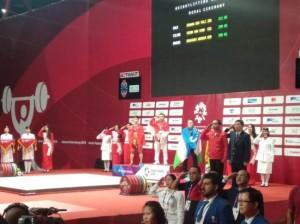 亚运会 :  印尼男选手获举重 62 公斤级冠军