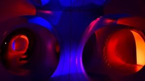 雅加达一购物中心展示巨大充气塑料圆顶和隧道组成艺术装置