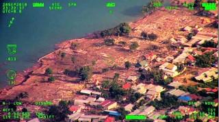 印尼苏拉威西地震引发海啸已致 832 人死亡    佐科威探访灾区
