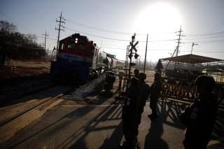 韩朝正式开展铁路     韩列车时隔 10 年首次驶入朝