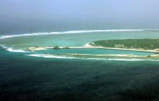 美两艘驱逐舰抵近有争议南海海域