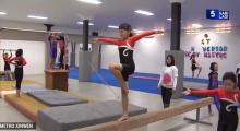"""少儿体操运动员为参与 """"国际少儿体操大赛"""" 刻苦训练"""