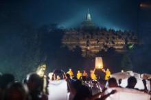 印尼婆罗浮屠放飞灯笼庆祝卫塞节