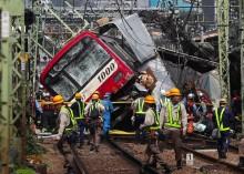 日本列车与卡车相撞 造成30人受伤
