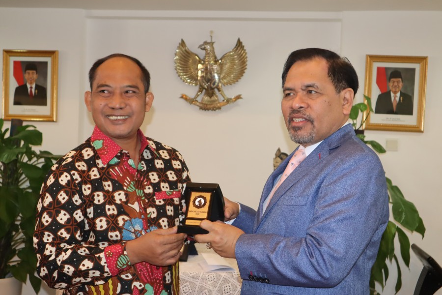 Indonesian Ambassador to China, Djauhari Oratmangun (R)