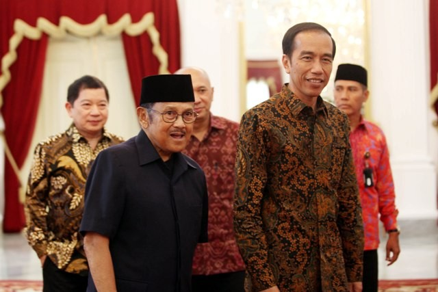 Former Indonesia President Habibie (L) and President Jokowi (R)