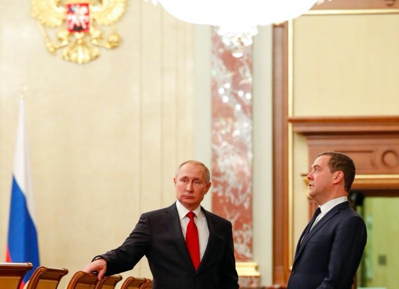Vladimir Putin (L) and Dmitry Medvedev (R). (Photo: AFP)