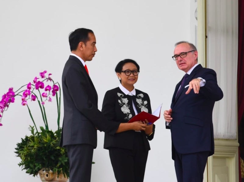 President Joko Widodo (L), Foreign Minister (C) and Olivier Chambard (L)